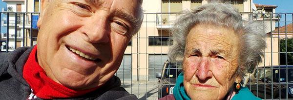 Il giornalista Domenico Logozzo, insieme all'arzilla nonna Cesira lungo la strada Parco