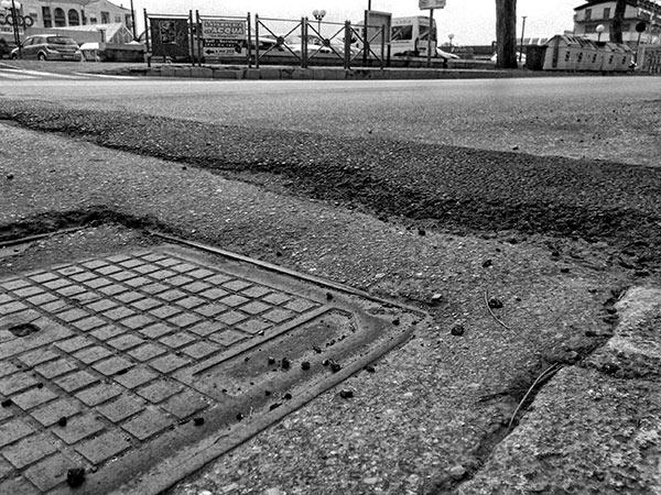 Un rattoppo sulla sede stradale di Corso Umberto