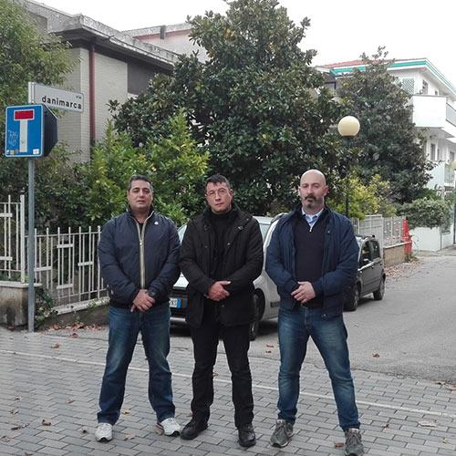 Forconi (a destra nella foto ) insieme ai militanti di Audere semper