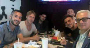 Calciatori biancazzurri ed ex a pranzo con i ragazzi della Casa Madre Ester di Pineto