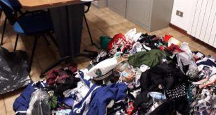 Commercio abusivo, sequestrati oltre 300 capi di abbigliamento e un carretto per la vendita di granite