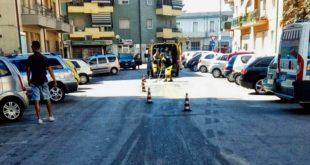 Carro attrezzi parcheggia auto senza documenti e con perdita d'olio in via Malagrida, poi va via