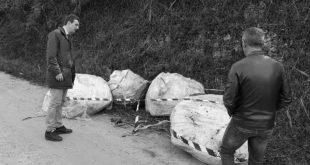 Quintali di rifiuti speciali abbandonati sulla strada a ridosso dell'ex discarica di Villa Carmine