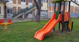 Giochi per i bambini nei giardini delle scuole De Zelis e Di Blasio