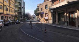 Pescara, via Caduta del Forte, manto stradale ripristinato, al lavoro sulla segnaletica