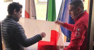 La bandiera della CRI a Palazzo di Città, il riconoscimento del Comune per una attività preziosissima