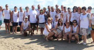 Uomini e donne in mare a Giulianova contro la violenza sulle donne