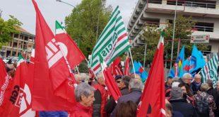 Protesta dei sindacati dei pensionati davanti alla Asl di Pescara