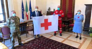 Anche a Pescara la bandiera della Croce Rossa Italiana sventola sul municipio