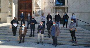 Manifestazione dei cittadini di Collecorvino al palazzo della Provincia, chiedono sicurezza stradale