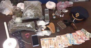 Nervoso a un controllo, la P.S. trova droga, soldi e una pistola