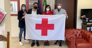 Settimana della Croce Rossa: a Teramo la bandiera dell'associazione su palazzo di Città